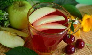 Компот из вишни и яблок в кастрюле