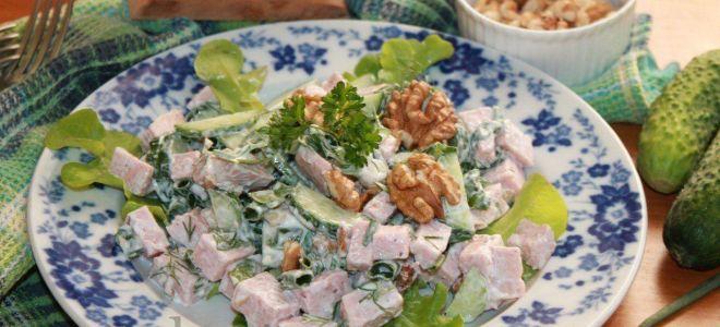Салат с ветчиной и листьями салата