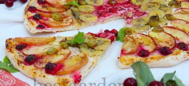Пицца с фруктами и ягодами