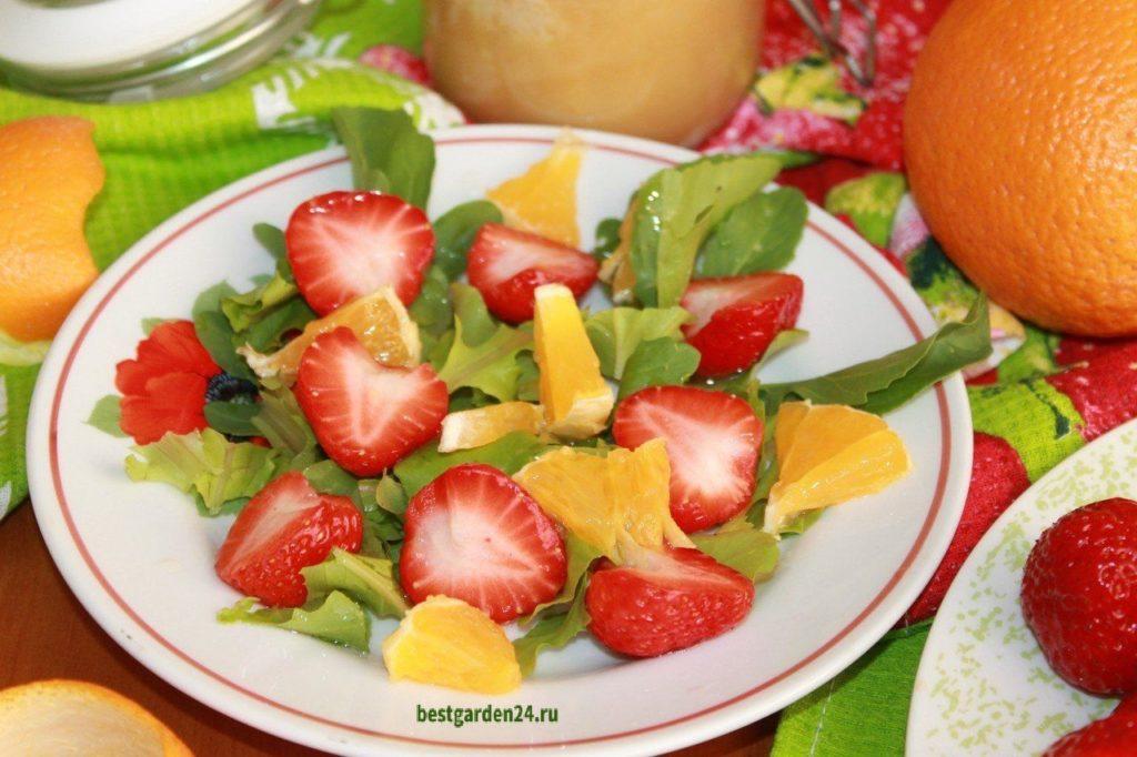 Салат с рукколой и клубникой
