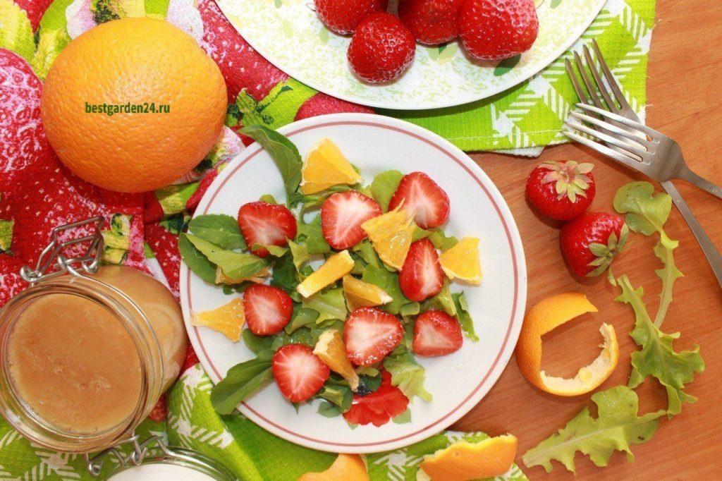 Салат из рукколы с апельсином и клубникой