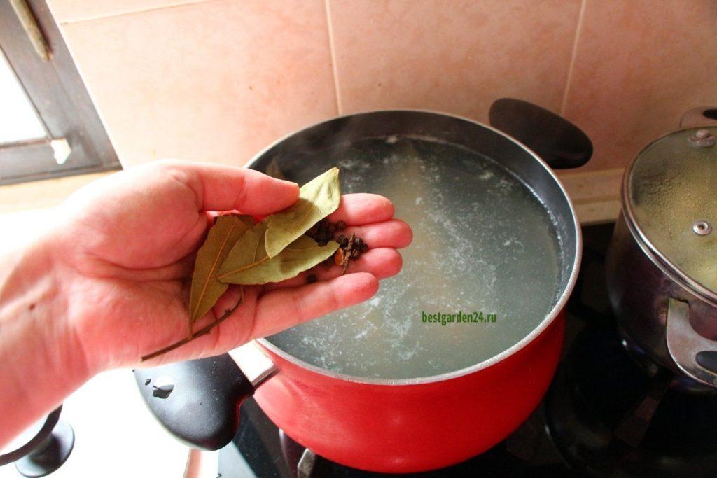 Варится рыбный суп