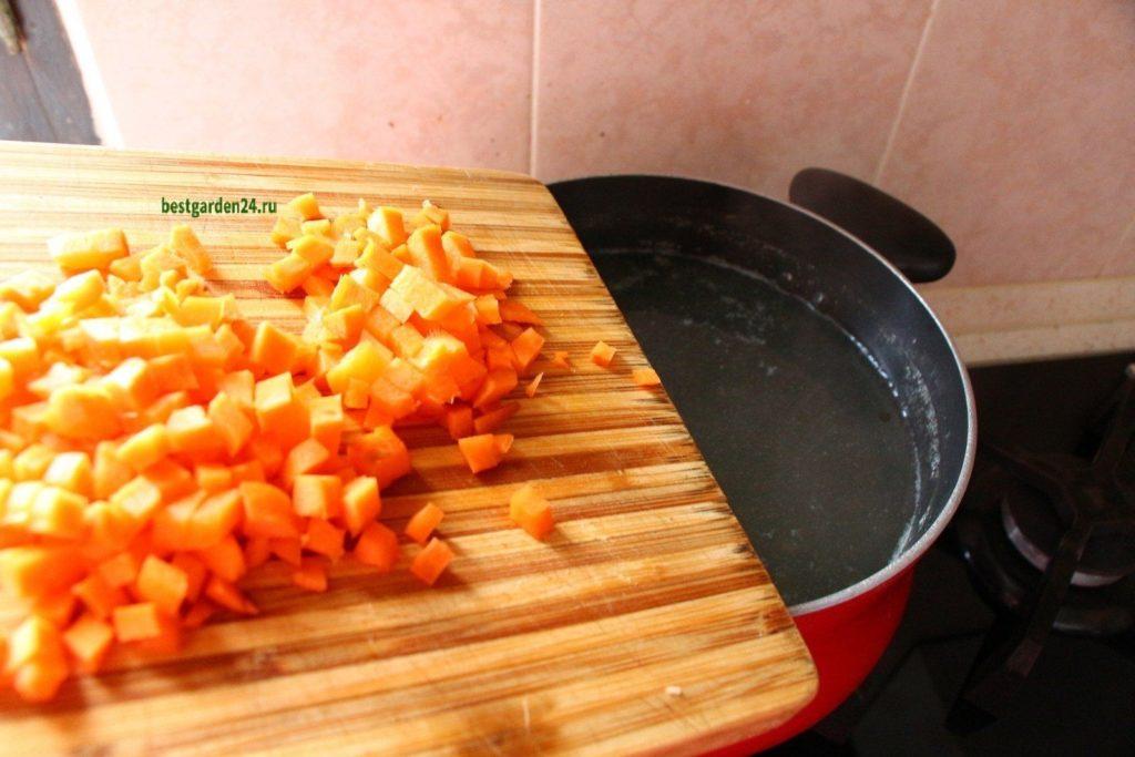 Морковь для рыбного супа с помидорами и чесноком