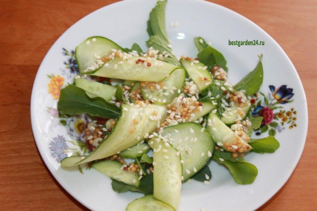 Салат из рукколы и огурца