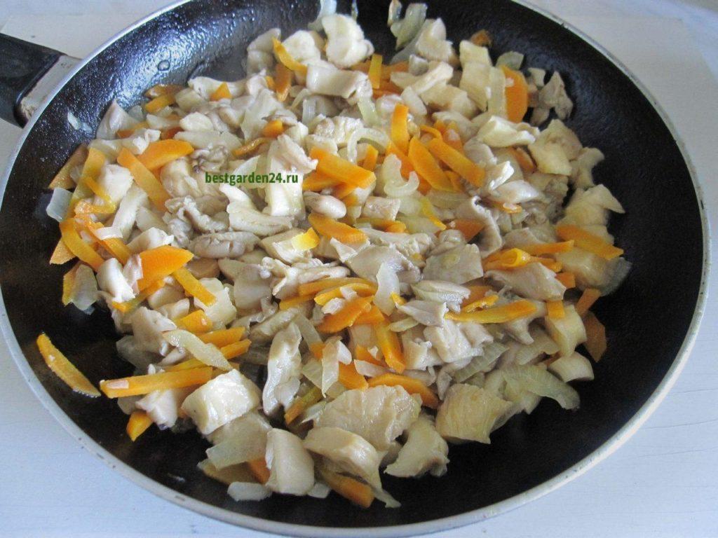 Вешенки, лук и морковь