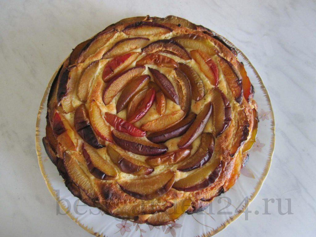 Пирог со сливами как цветок
