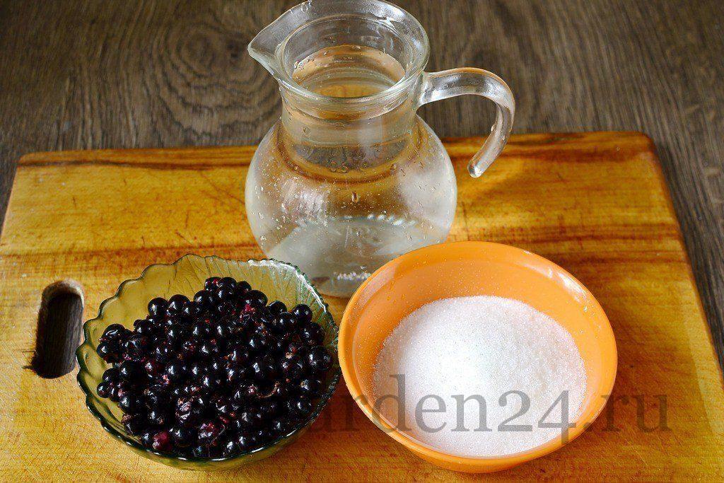 Смородина, сахар и вода для компота