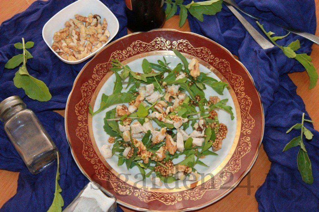 Салат с рукколой и курицей