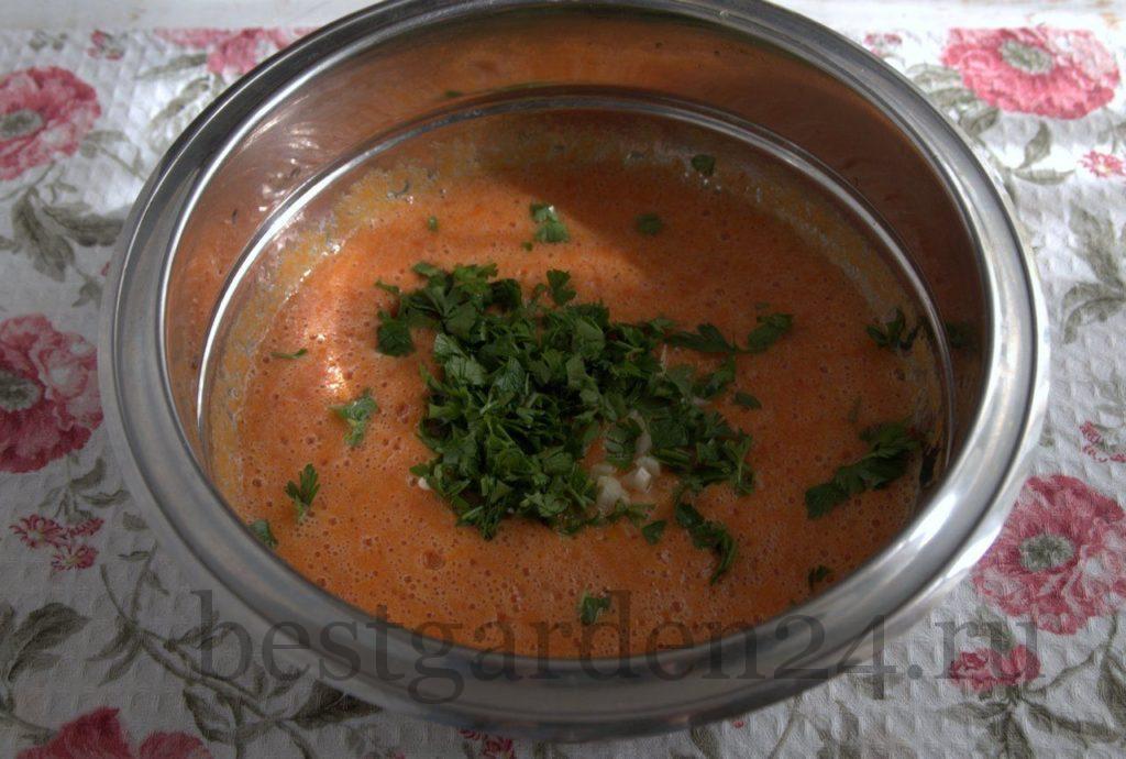 Добавляем в томатное пюре петрушку и чеснок