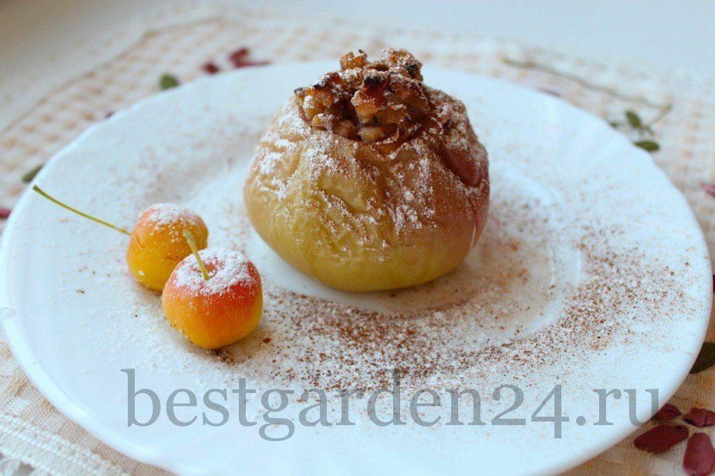 Запеченное яблоко с дыней, грушей и орехами