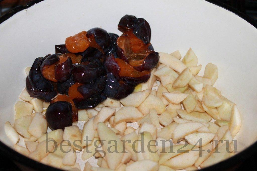 порезанные яблоки и сливы