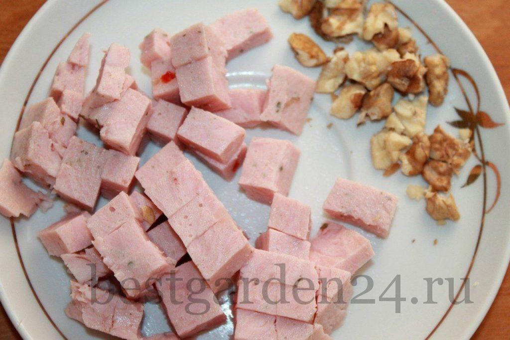 Ветчина и орехи для салата