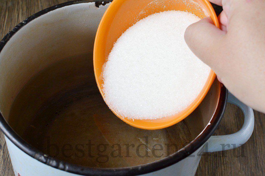 Добавляем в компот сахар