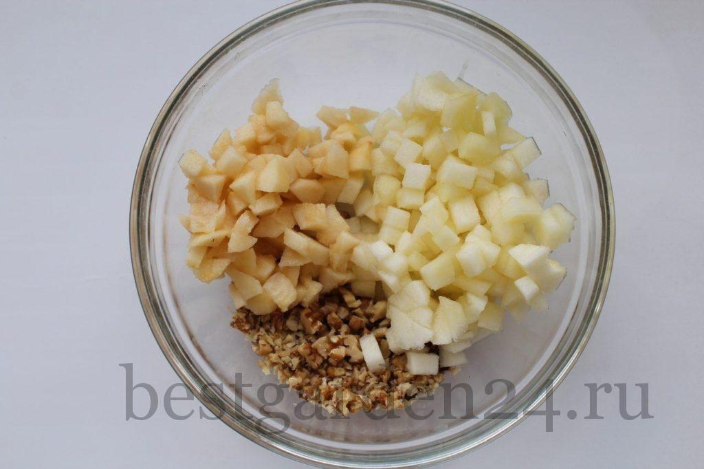 Груша, дыня и орехи в чашке