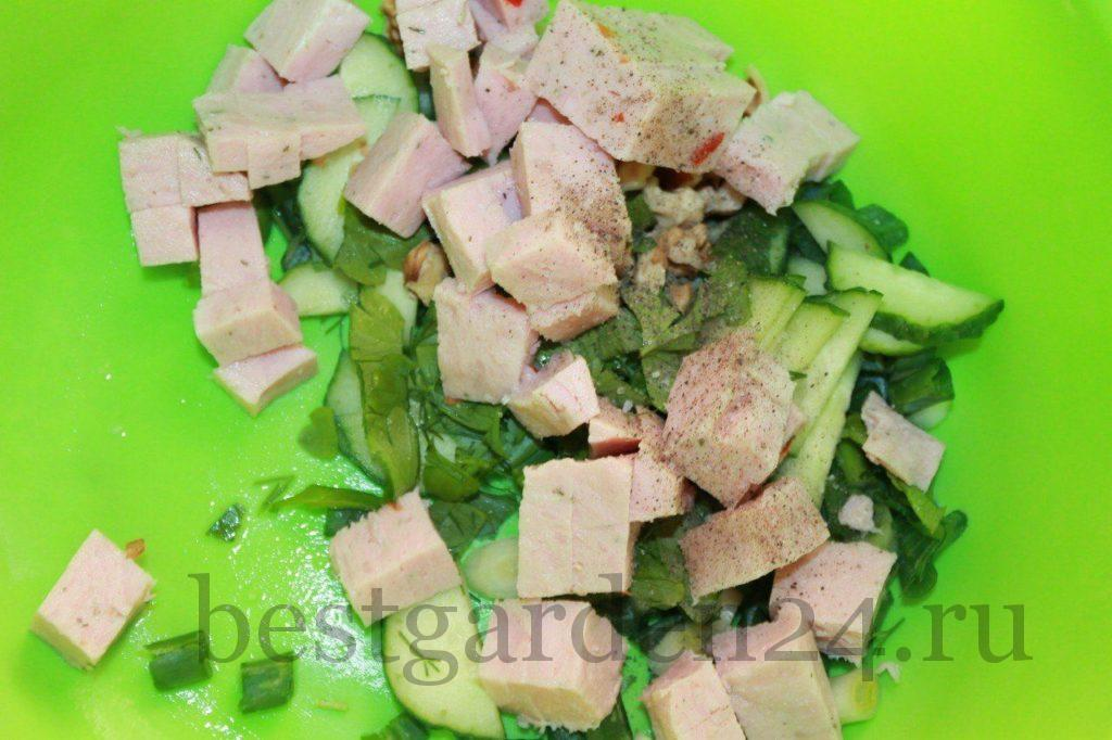 Зелень и ветчина в салатнике