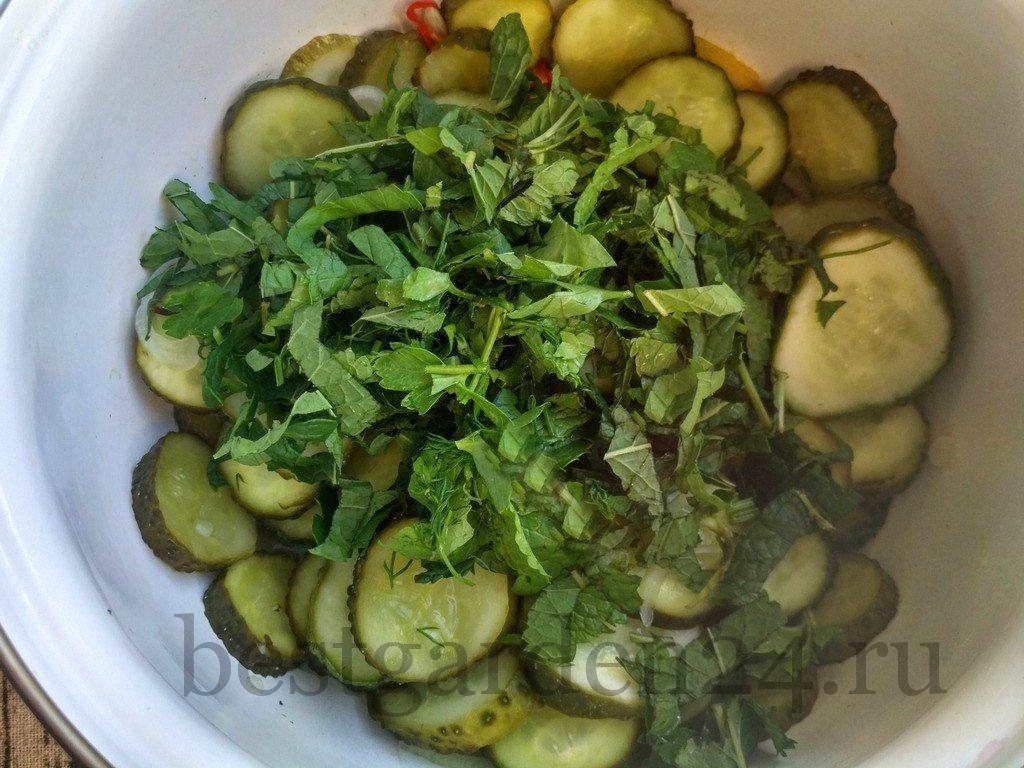Зелень добавлена к салату зимний король с мятой