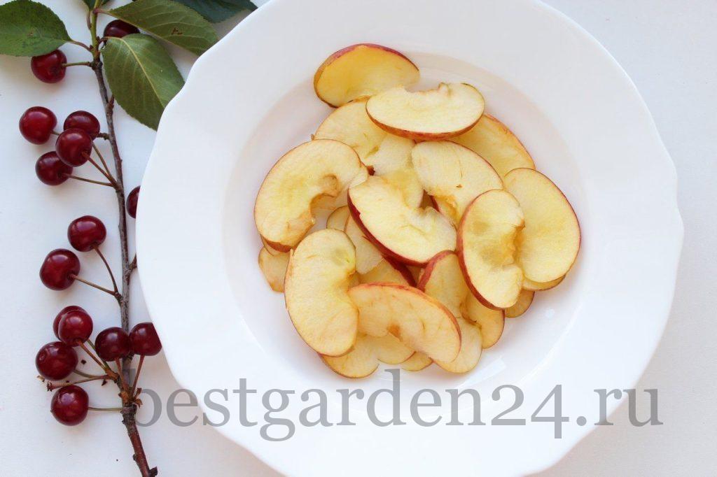 Яблоки дольками в тарелке