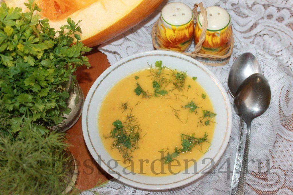 Крем-суп из тыквы на столе