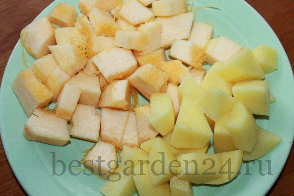 Нарезаем небольшими кусочками тыкву и картошку