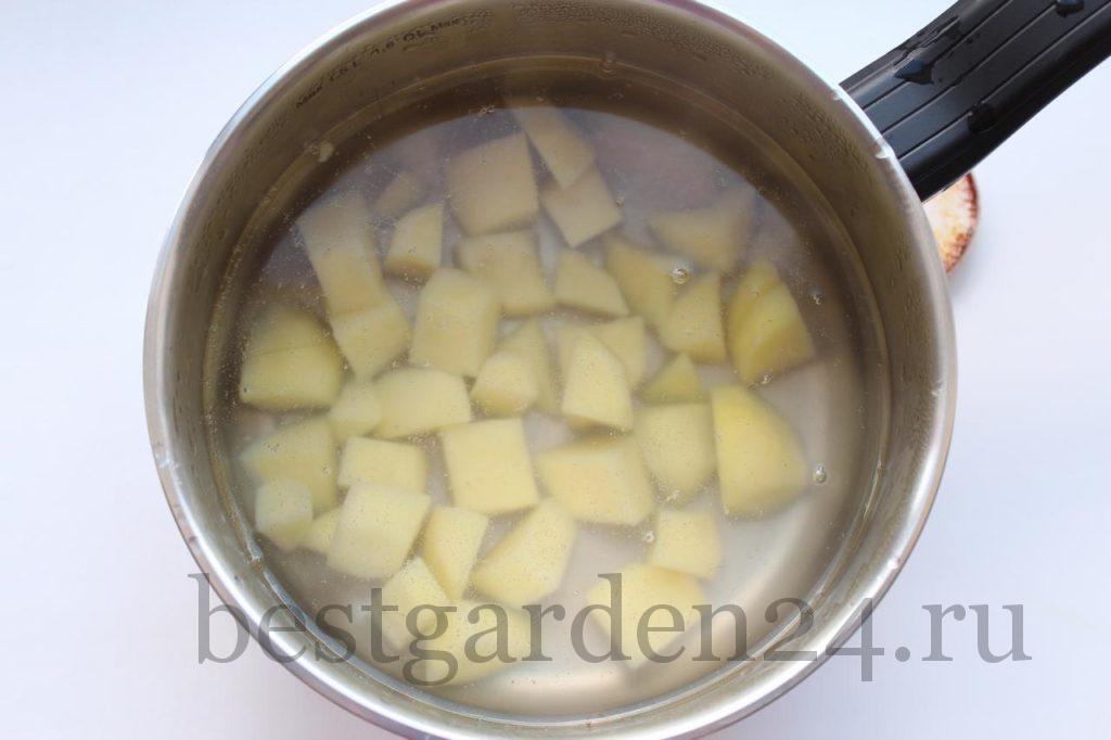 Картофель варится