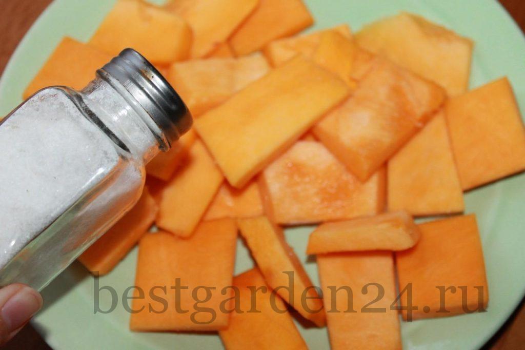 Подготовленную тыкву солим