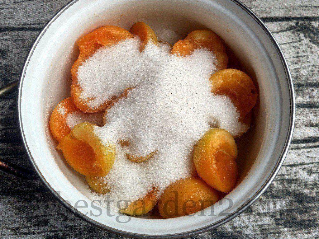 Абрикосы с сахаром в кастрюле