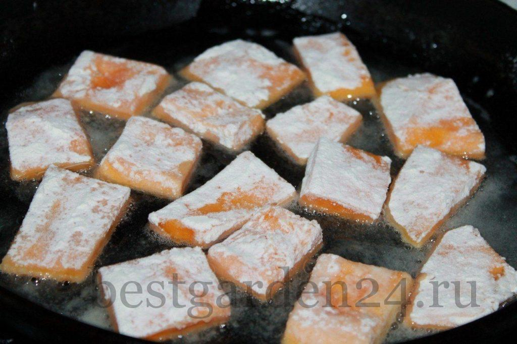 Выкладываем кусочки тыквы на разогретую сковородку