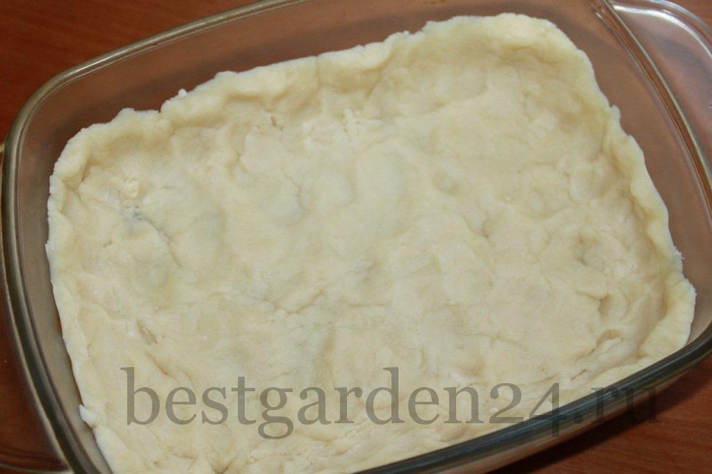 Песочное тесто в форме для пирога