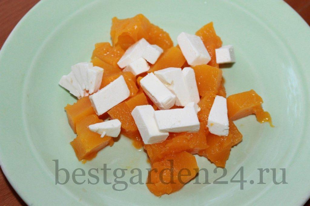 Тыква с сыром на тарелке