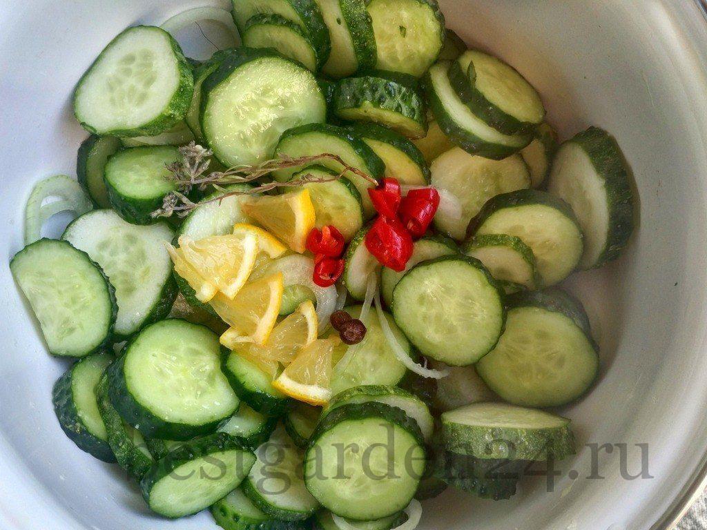 Лимон, перец и специи добавлены к огурцам