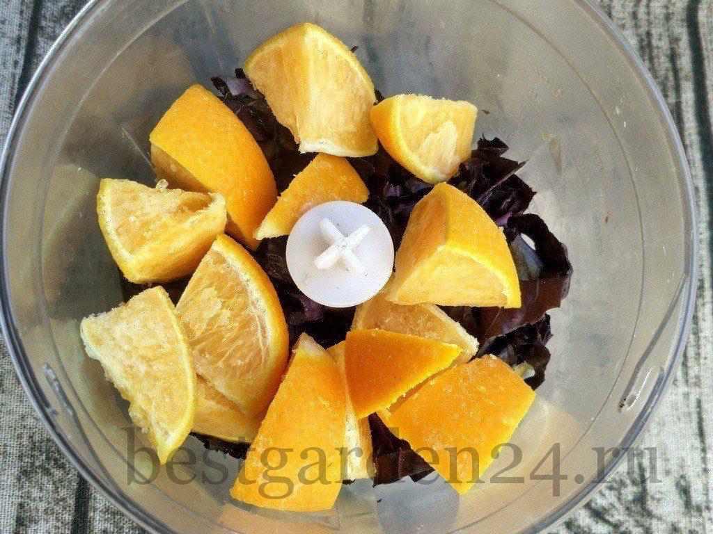 Апельсин и базилик измельчить в блендере