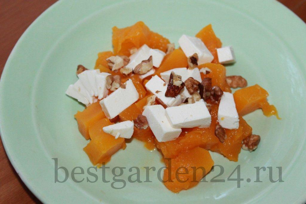 Тыква, сыр и орехи на тарелке