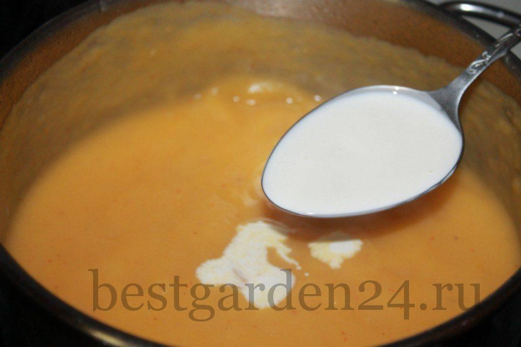 Добавление сливок в крем-суп из тыквы