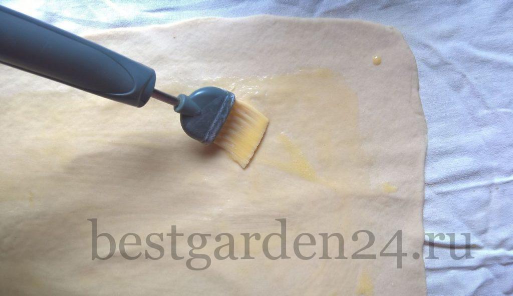 Тесто смазывается маслом
