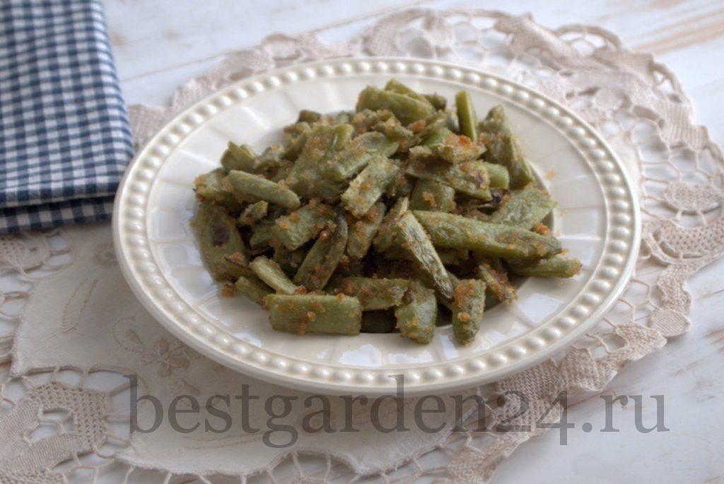 Жареная зеленая стручковая фасоль в панировке в тарелке