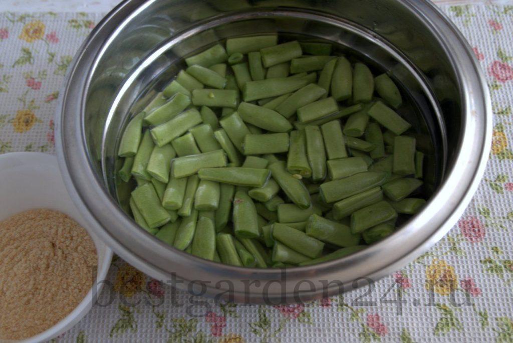 Зеленая фасоль в кастрюле варится
