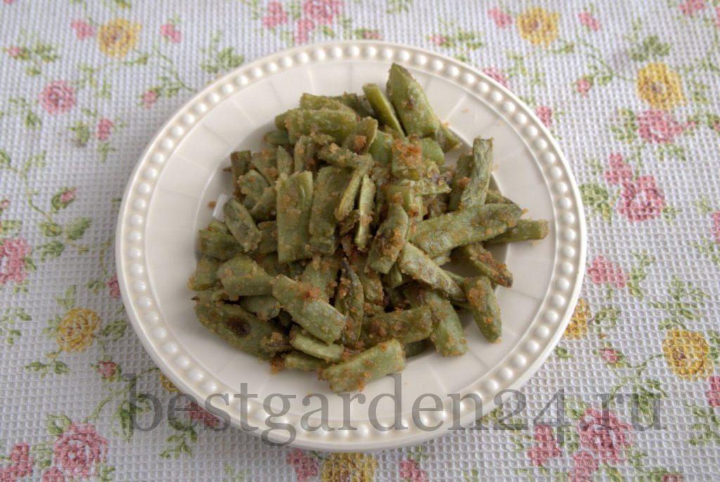 Жаренная зеленая стручковая фасоль в тарелке
