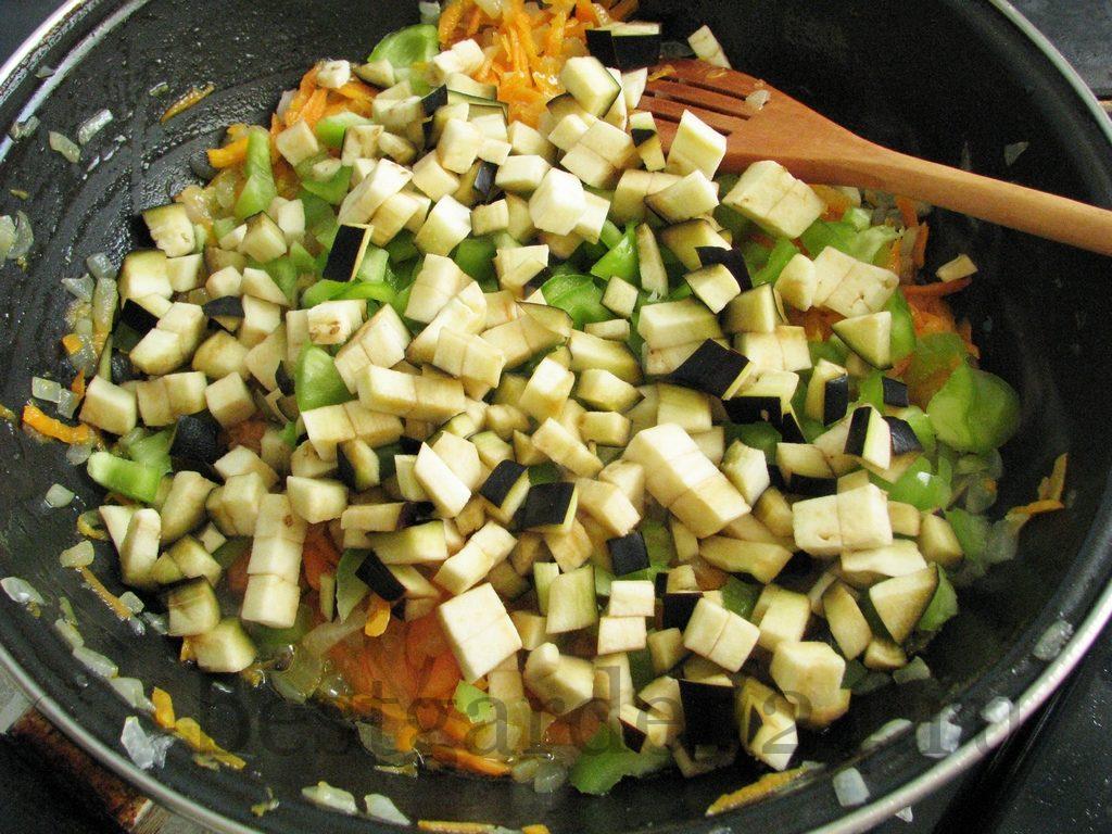 Лук, морковь, баклажан и перец обжариваются для пельменей