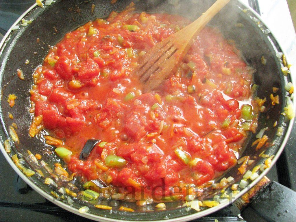 Протертые томаты добавлены к овощам