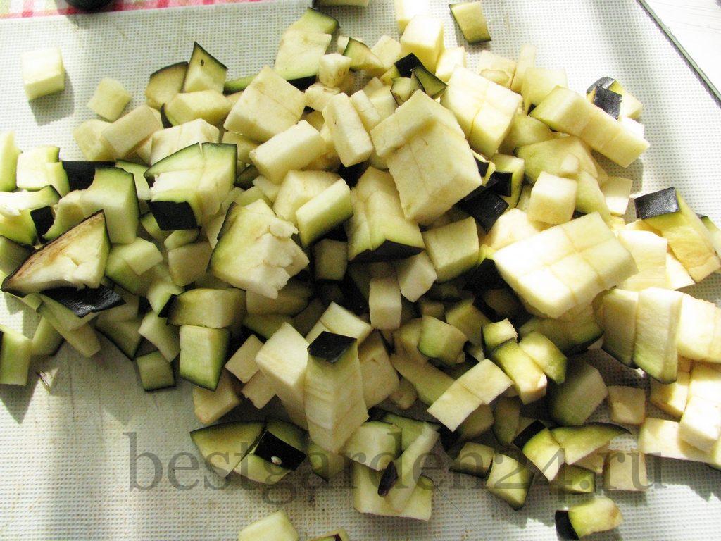 Баклажан и болгарский перец небольшими кубиками