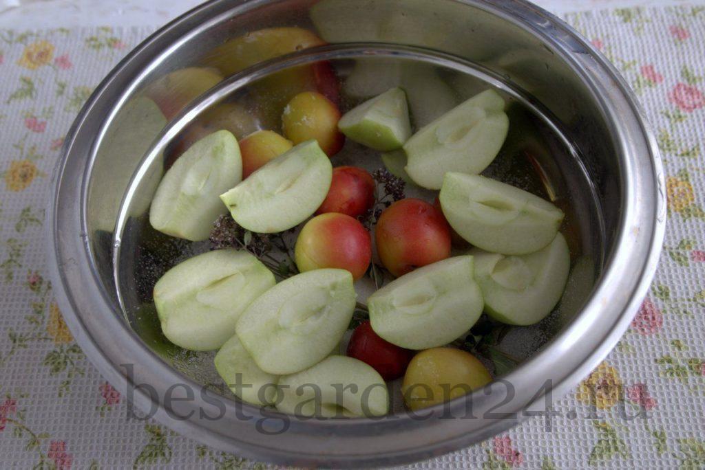 Дольки яблок, алыча и душица в кастрюле