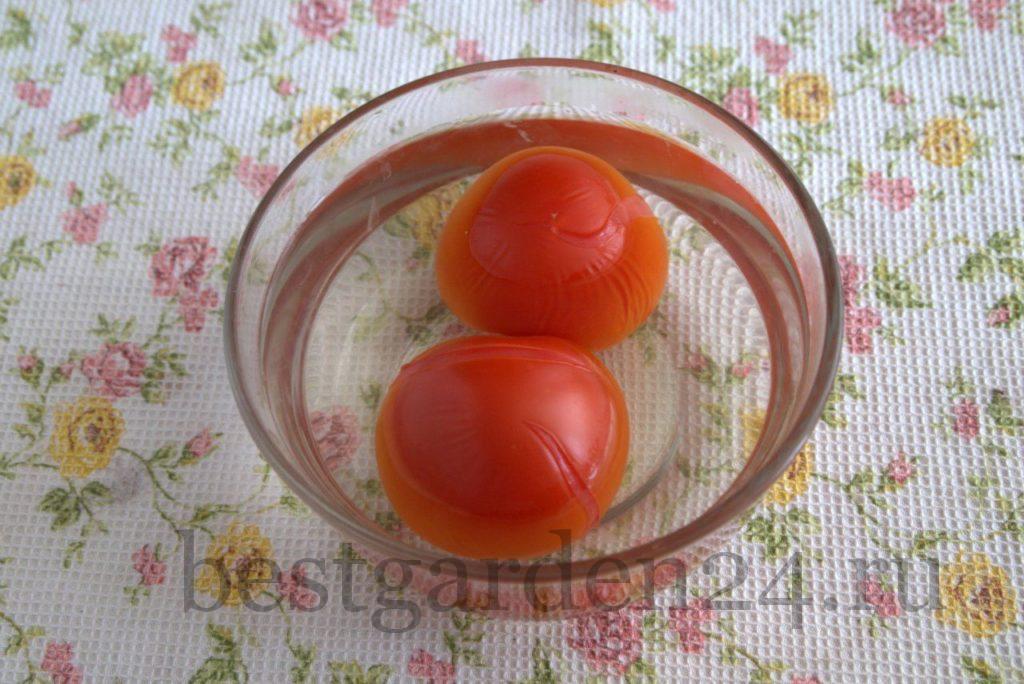 Наливаем в чашку с помидорами крутой кипяток