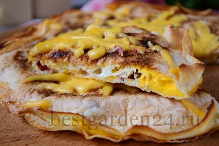 Быстрый завтрак из лаваша на сковороде с колбасой и сыром.